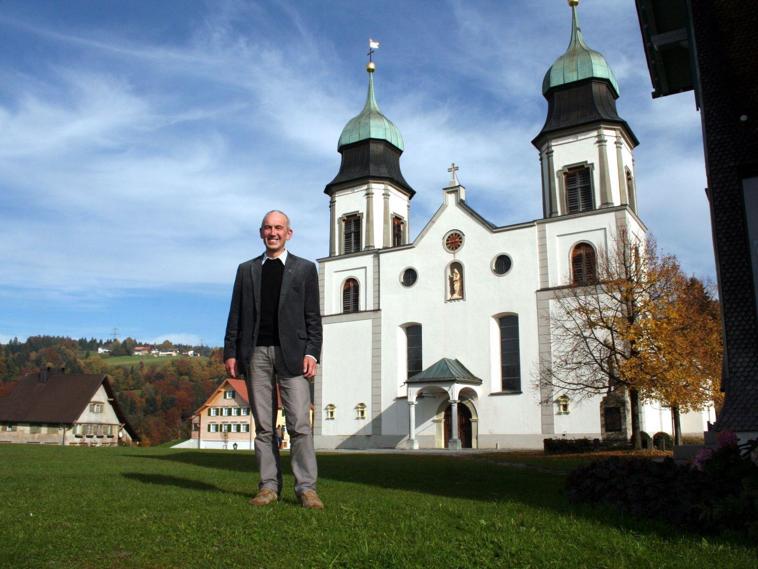 Pfarrer Paul Burtscher steckt viel Herzblut in die Kirchenrenovierung.