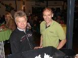 Martin Steurer (li.) und EHC-Obmann Guntram Schedler nahmen die Ziehung vor.