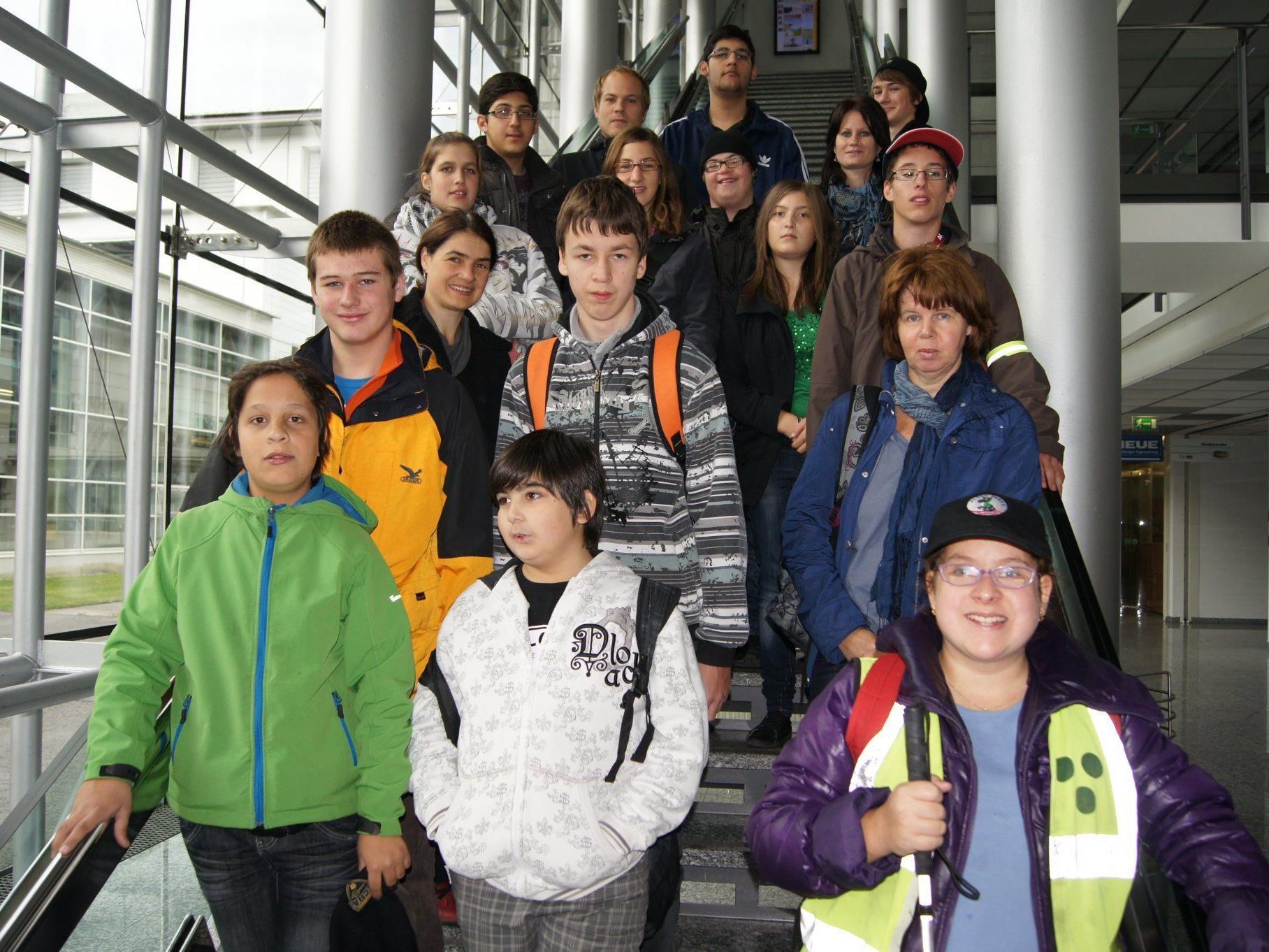 Die Schülerinnen und Schüler des SPZ mit ihren Lehrern im Medienhaus.