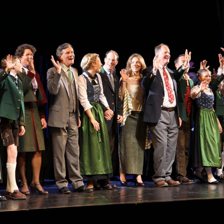 Geniales Finale: Johannes von Trapp (mit roter Krawatte) kam samt seiner Familie zum Schlussapplaus auf die Bühne und sang mit allen gemeinsam.