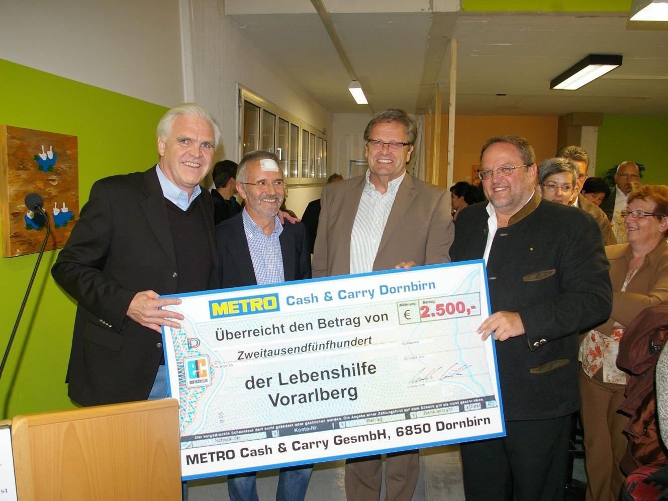 Metro-Geschäftsleiter Günther Kreuzhuber (ganz links) übergibt einen Scheck über 2.500,-- Euro an Berno Witwer, Heinz Werner Blum und Ernst Schmid.