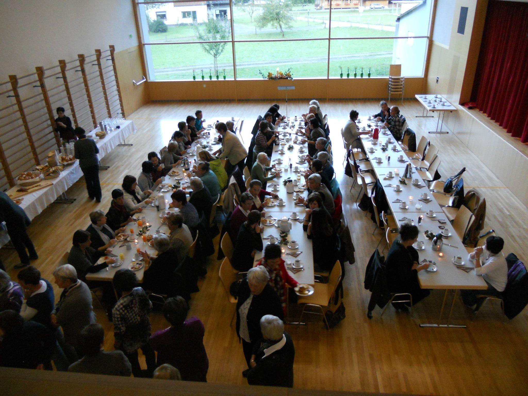 Frauenfrühstück im lichtdurchfluteten Gemeindesaal von Schnepfau