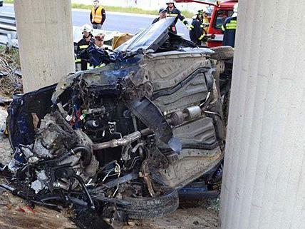 Der Unfallwagen prallte im Bezirk Neunkirchen gegen einen Betonpfeiler
