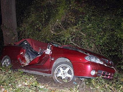 Das Cabrio kam von der Fahrbahn ab und knallte gegen einen Baum