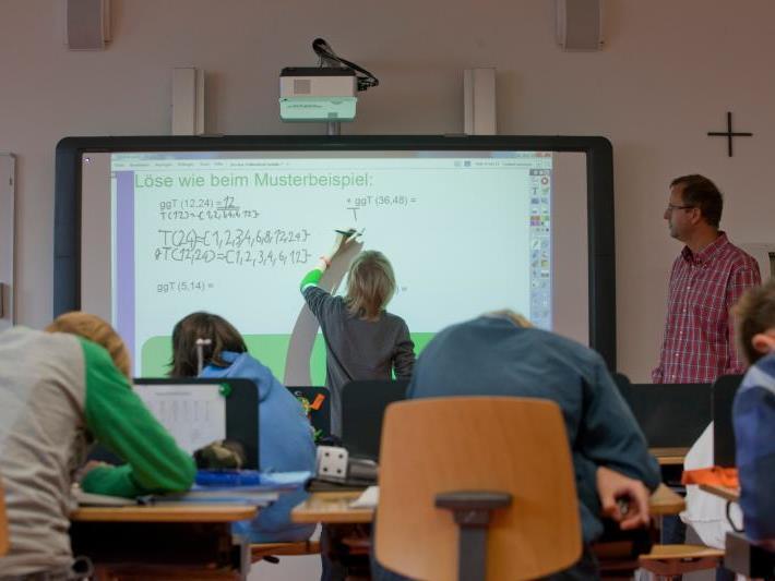 Das vom Lehrer zu Hause vorbereitete Tafelbild können Schüler während der Schulstunde ergänzen. Mit einem Klick können Videos abgespielt, das Tafelbild gelöscht oder ersetzt werden.