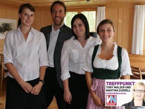 """Stephanie Beer, Dietmar Nussbaumer, Theresa Mennel und Nadia Berkamnn vom Gasthaus """"Krone""""."""