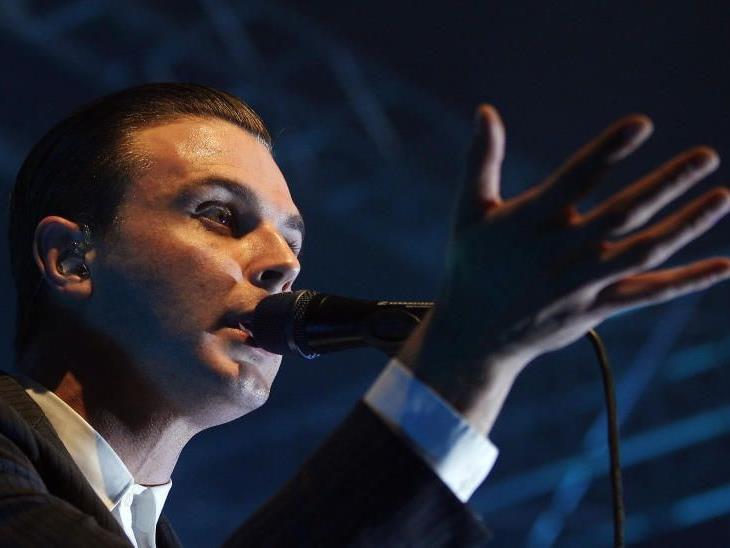 """Sänger Theo Hutchcraft von der Band """"Hurts""""."""