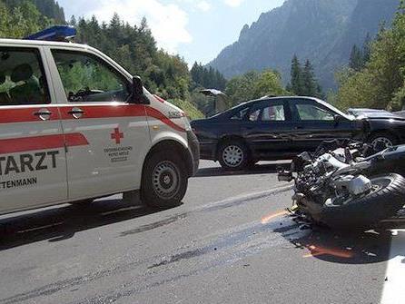 Der Motorrad-Fahrer aus Wien verstarb noch an der Unfallstelle.