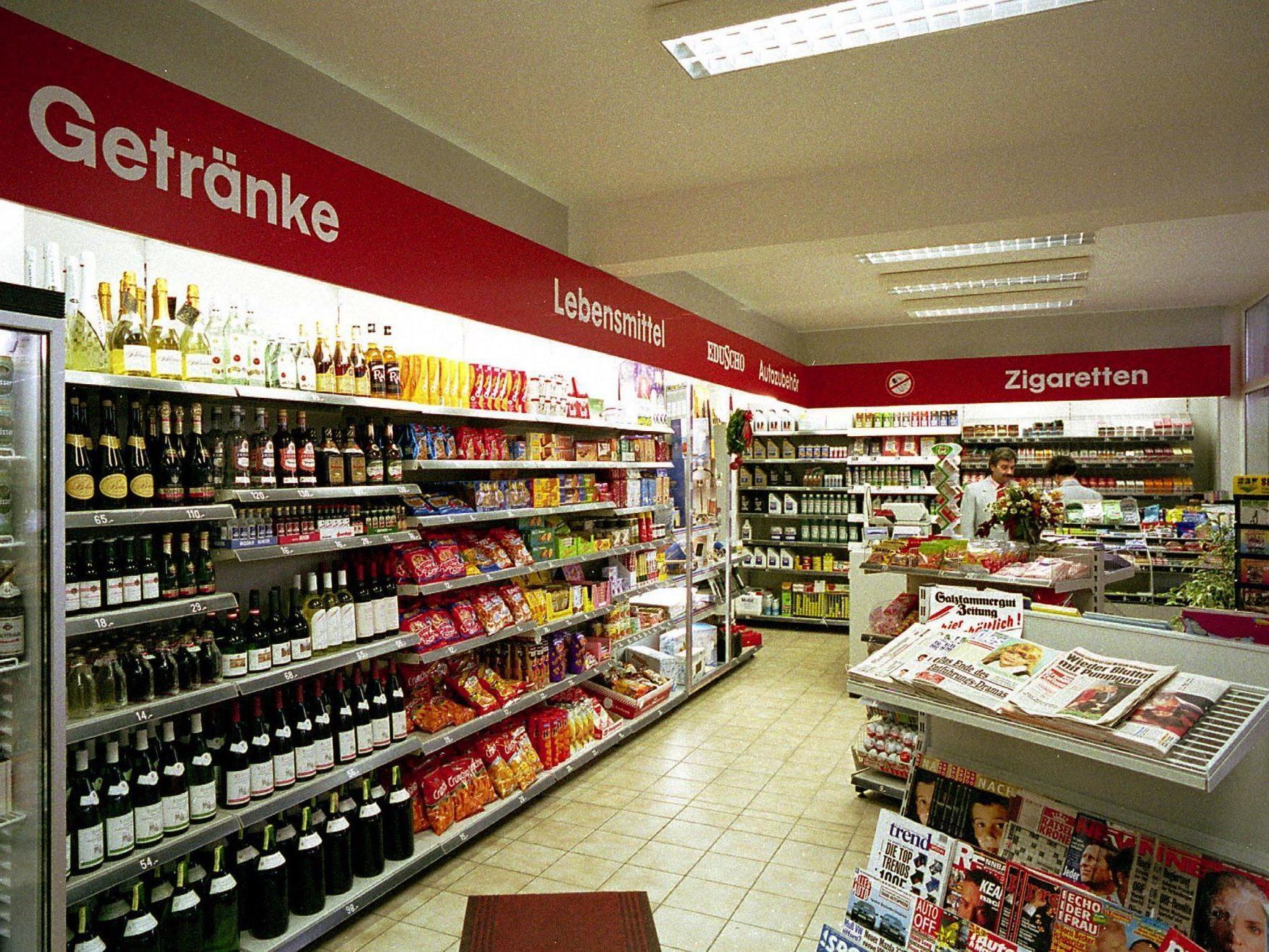 In einer Tankstelle in 1100 Wien rastete ein Mann mit einer Schaufel aus.