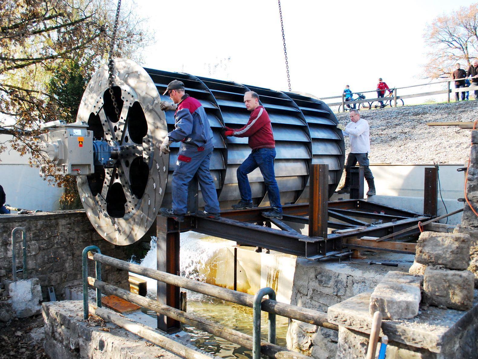 Mittels Hebekran wurde das 8 Tonnen schwere Wasserrad Zentimetergenau platziert.