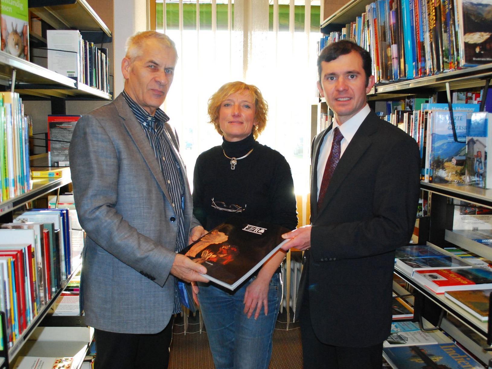 Josef Kräutler n BGM. Ing. Martin Summer und Bibliothekarin Maria Berloffa.