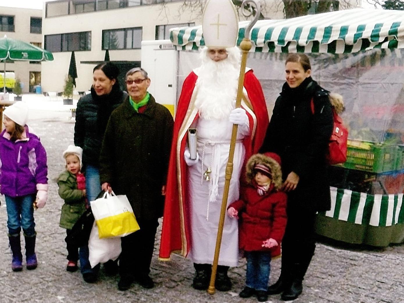 Eine kleine Bescherung für die Marktbesucher bringt der Nikolaus am Mittwoch, den 7. Dezember.