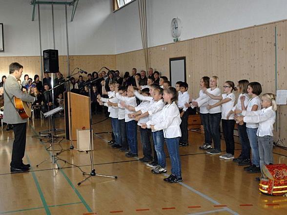 Bei der Eröffnungsfeier im Turnsaal der VS Riefensberg gab es u. a. auch Gesang zu hören.