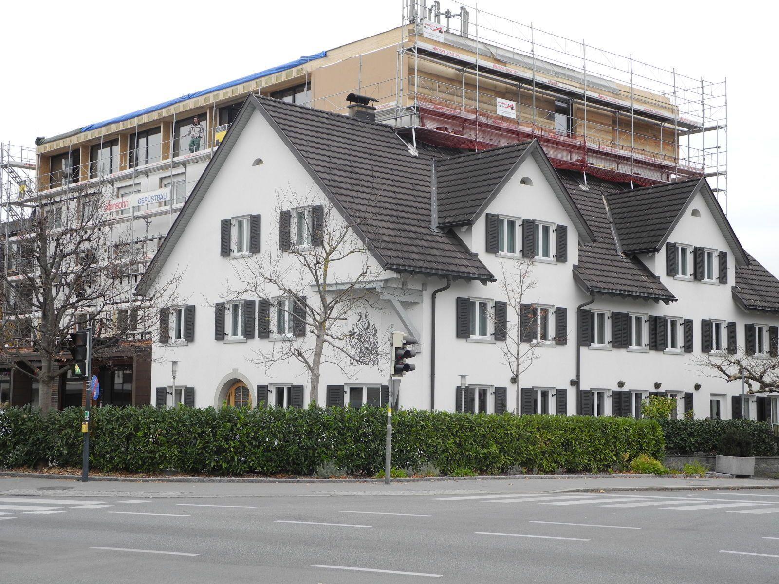 Das Hotel Weisses Kreuz in Altenstadt im Vordergrund der traditionsreiche Altbau