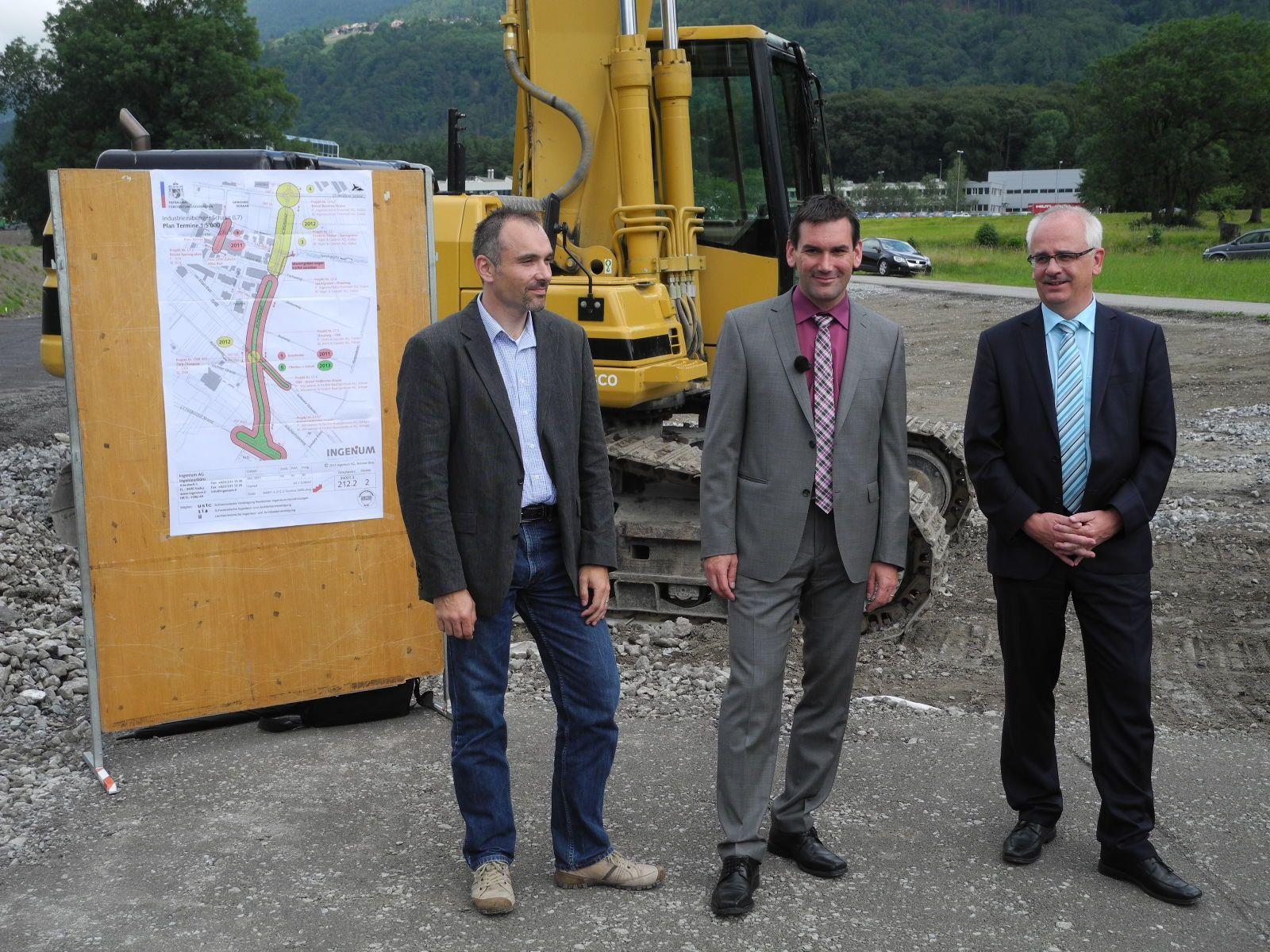 (l.) Markus Verlin vom Tiefbauamt, Regierungsrat Martin Meyer und Vorsteher Hilti beim Spatenstich