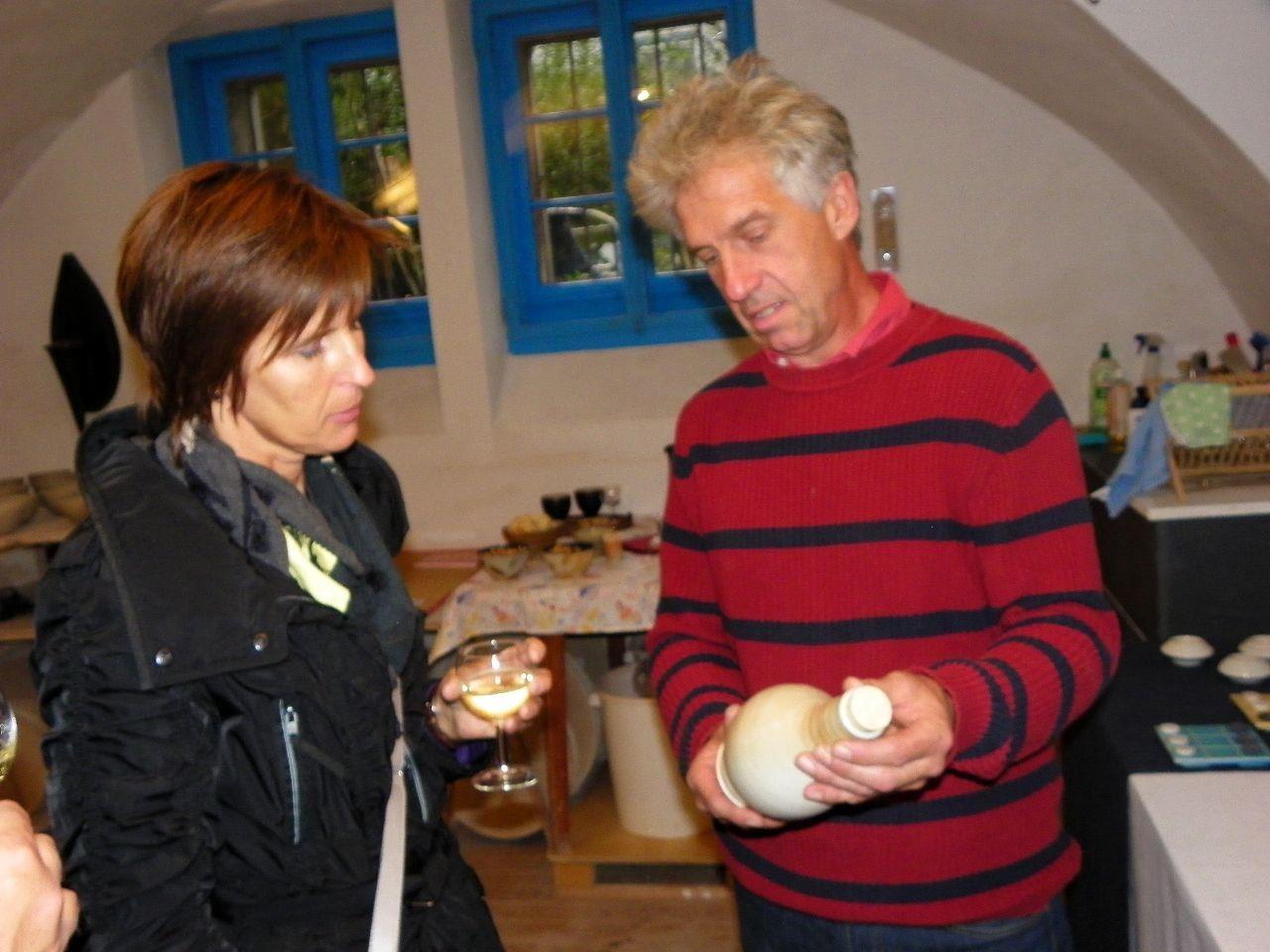 Kurt Huppenkothen erläutert seine Keramikkunstwerke