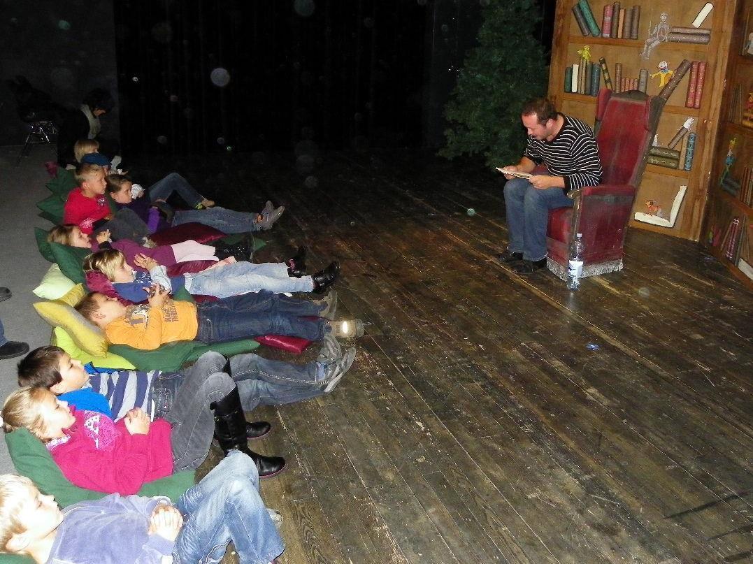 Gemütliches Zuhören auf der Theaterbühne