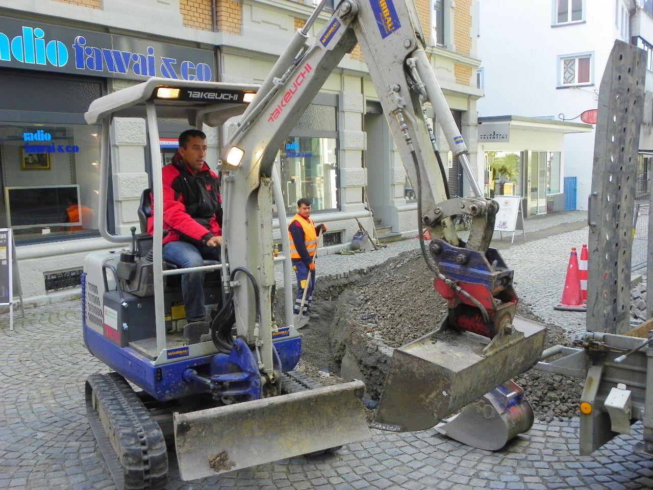Beengte Verhältnisse bei den Grabungsarbeiten in der Inselstraße