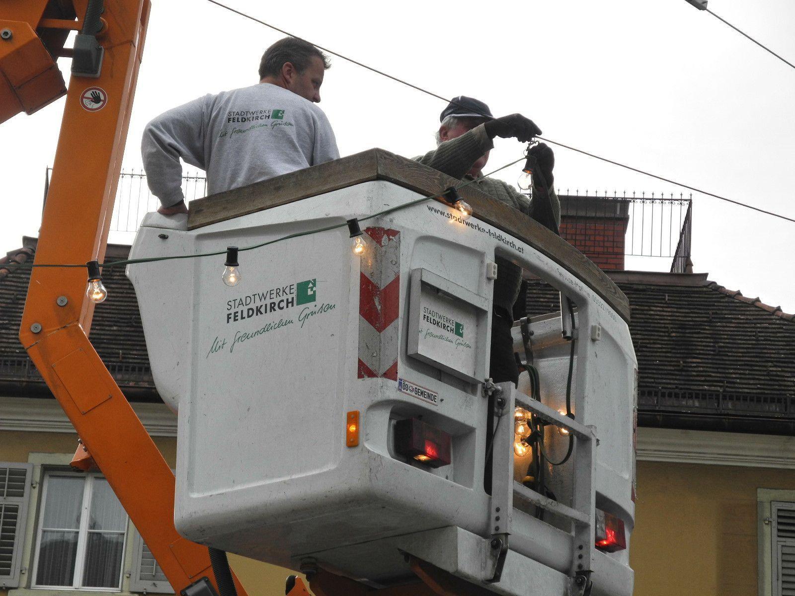Die ersten der 104 Girlanden der Feldkircher Weihnachtsbeleuchtung werden aufgehängt