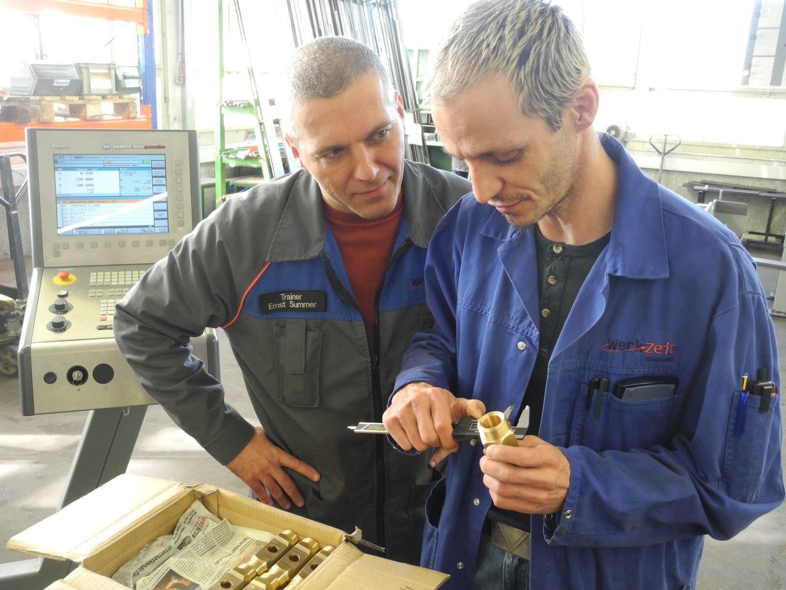 Trainer betreuen die Auszubildenden in der Metallwerkstätte der Werk-Zeit in Feldkirch