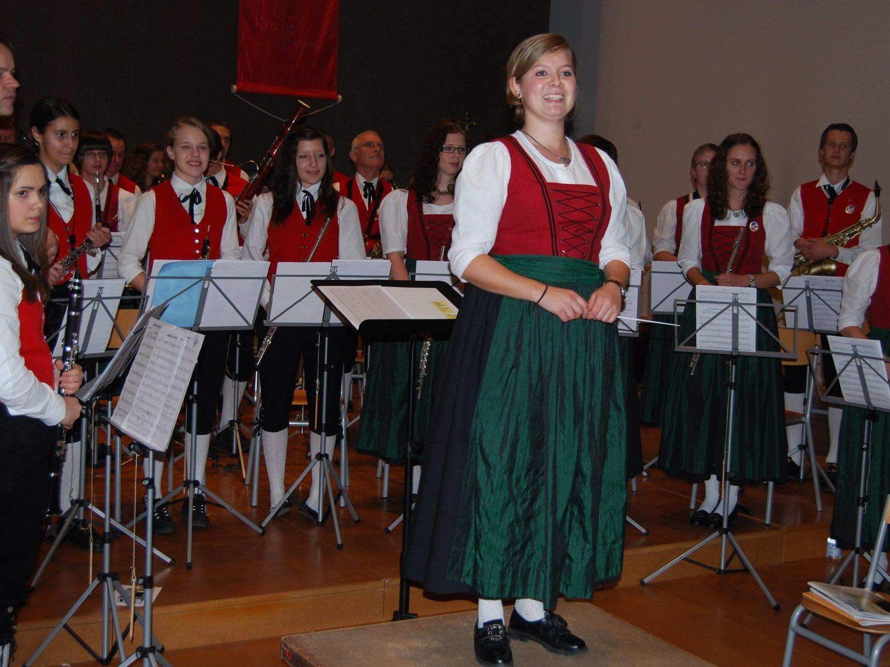 Die Harmoniemusik Tisis-Tosters mit ihrer Kapellmeisterin Johanna Müller.
