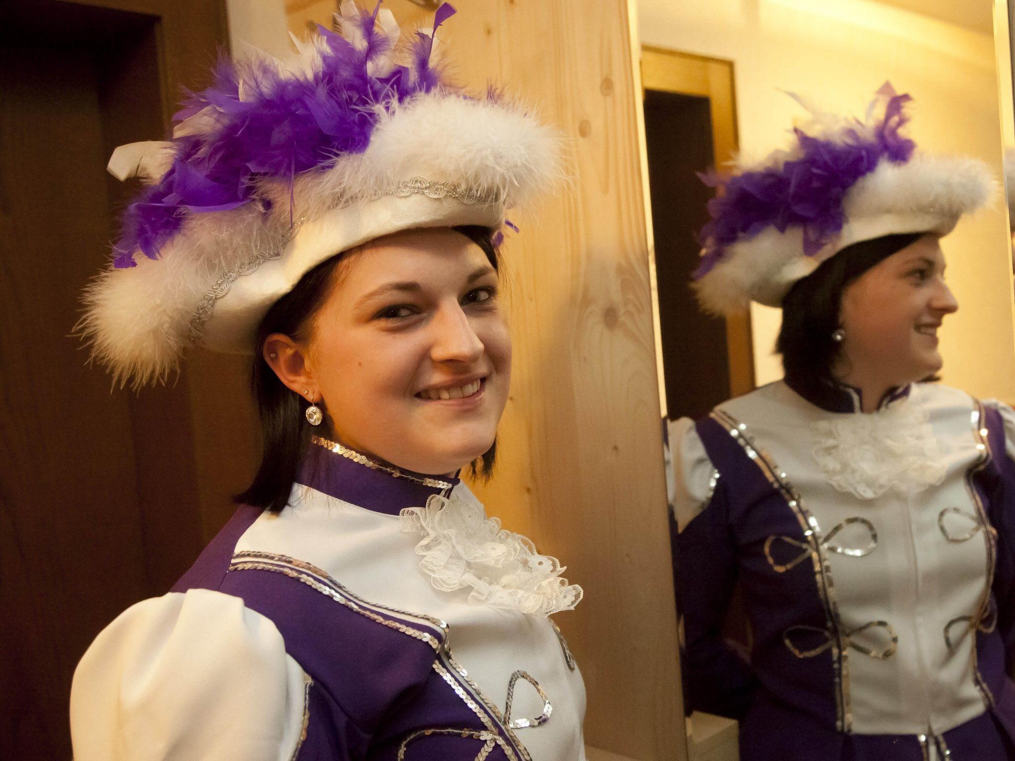 Heute startet Vorarlberg in den Fasching. Die hübsche Bregenzerwälderin Julia Keck präsentiert sich voller Stolz in ihrer Gardeuniform.