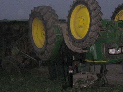 Traktor blieb am Dach liegen