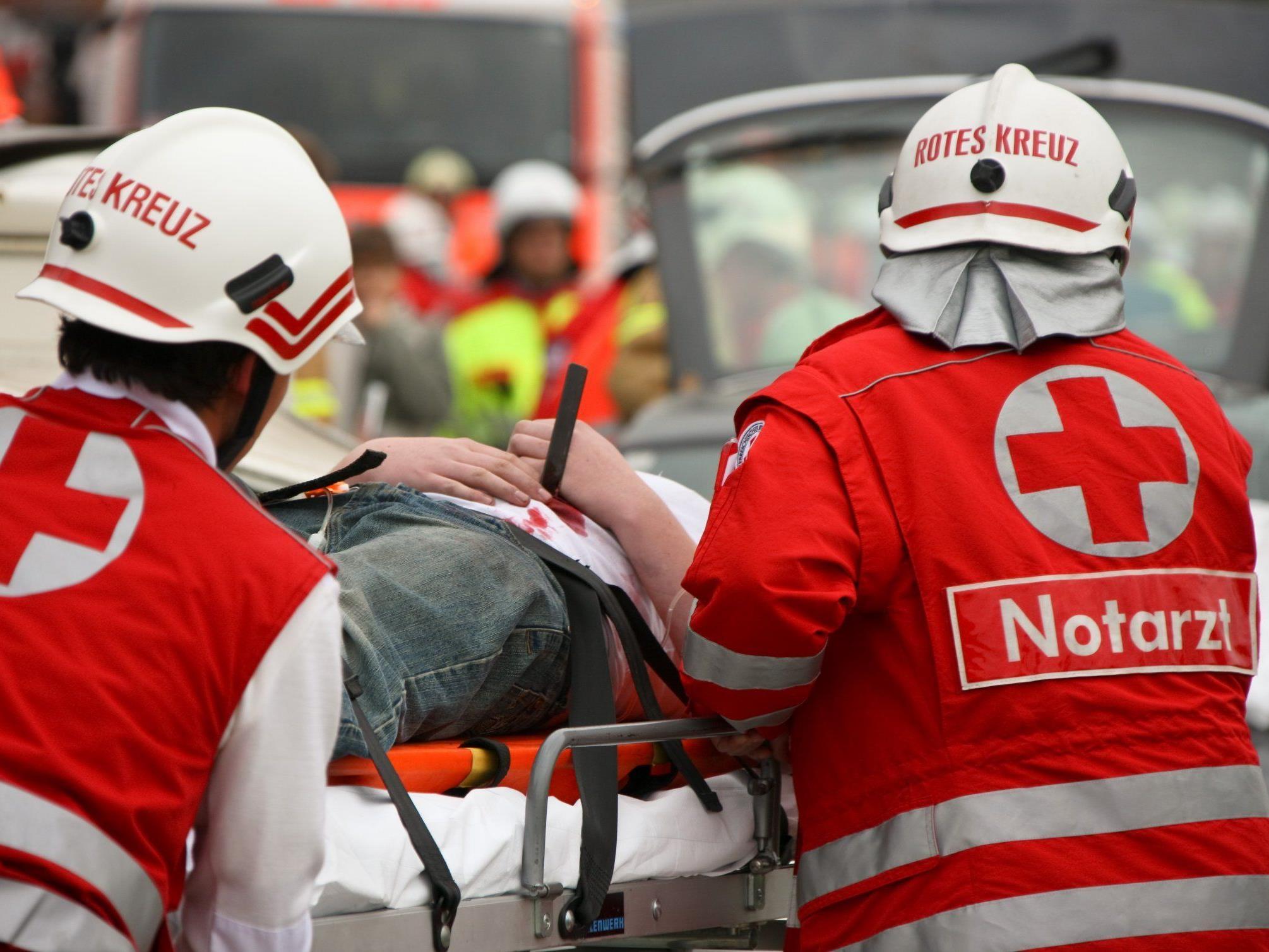 Geheimnisvoller Unfall mit zwei Toten: Bagger stürzte um Mitternacht über eine Böschung.