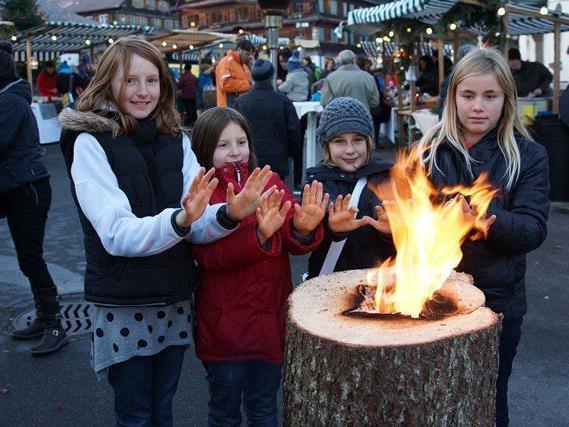 Beim Holzfeuer konnte man sich die Hände wärmen.