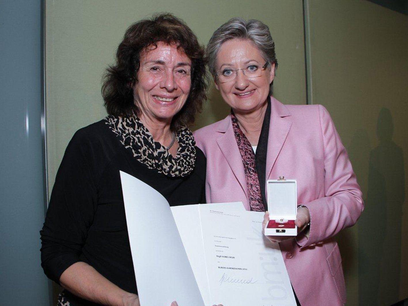 BM C. Schmied verlieh Agnes Jäger das Bundes-Ehrenzeichen für bes. Verdienste um das Gemeinwesen.