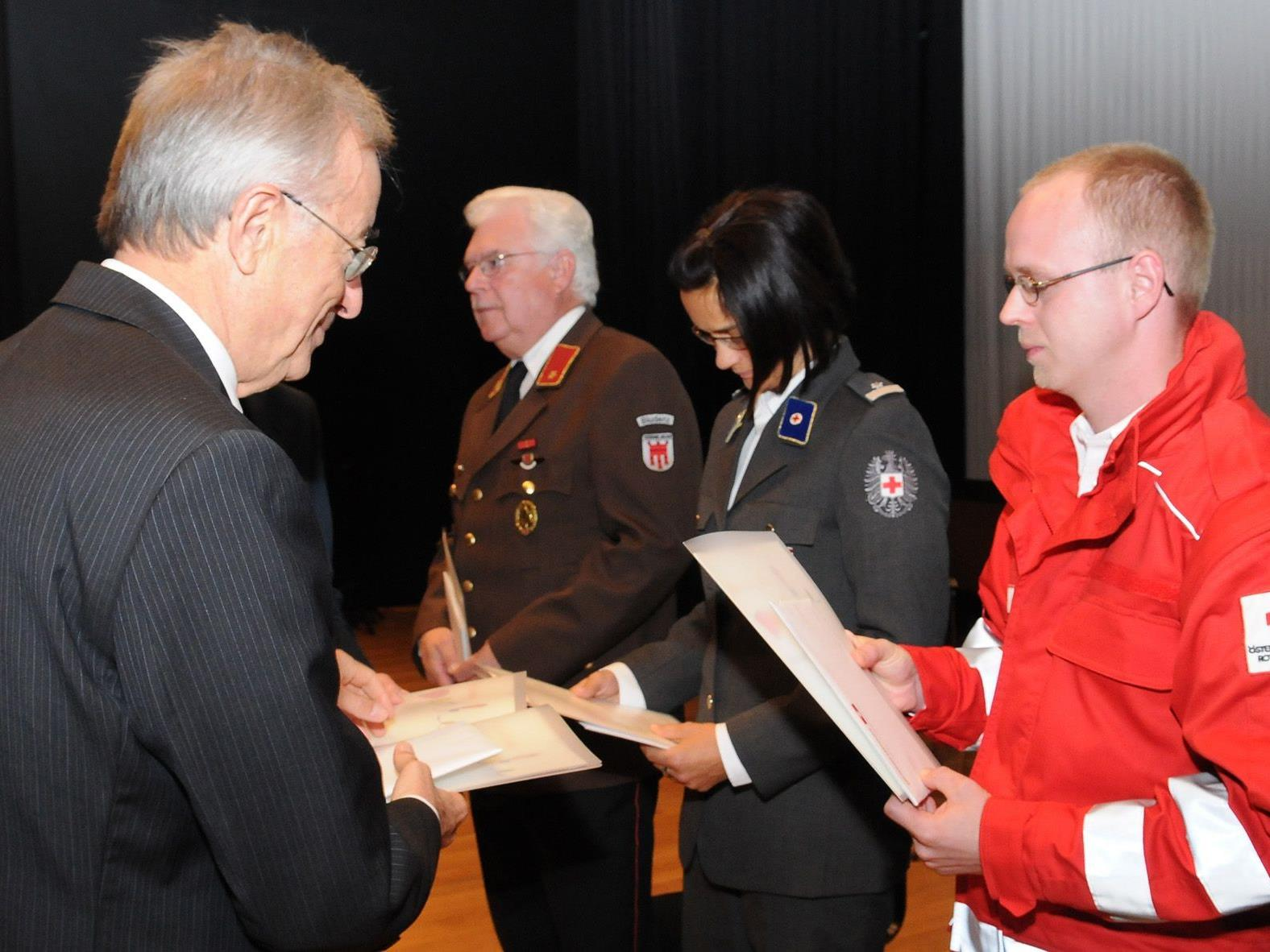 Alexander Sturn erhält Ehrung  für sein Engagement beim Roten Kreuz