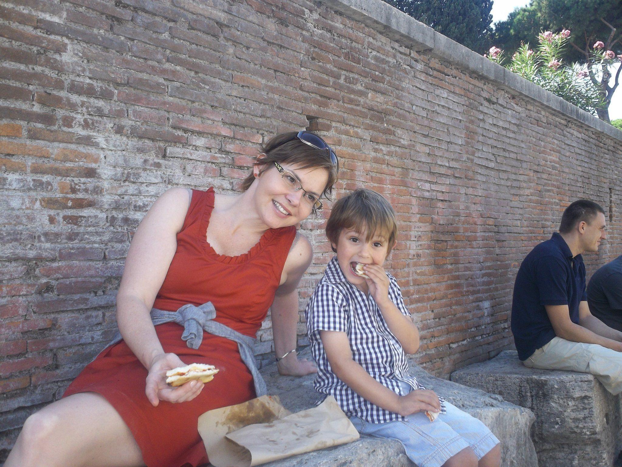 Alice Rist mit ihrem Sohn ist die Veranstalterin des Nofler Adventkalenders