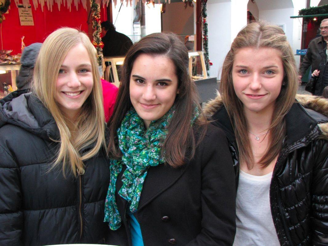 Johanna, Julia und Timna vergnügen sich auf dem Blosengelmarkt in der Montfortstadt