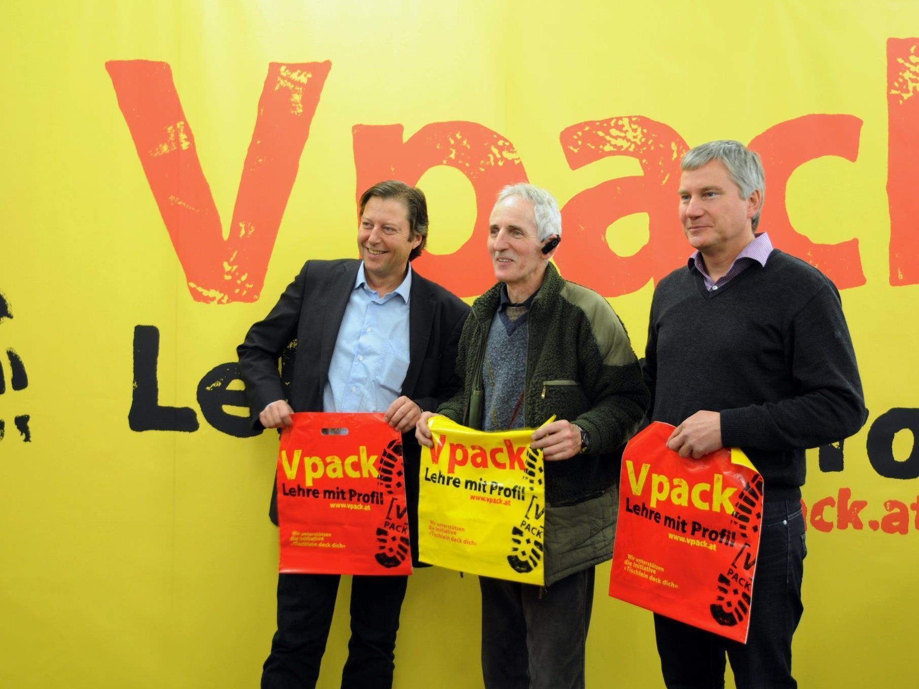 Russ-Preisträger Elmar Stüttler nahm die Kunststofftaschen dankend entgegen.