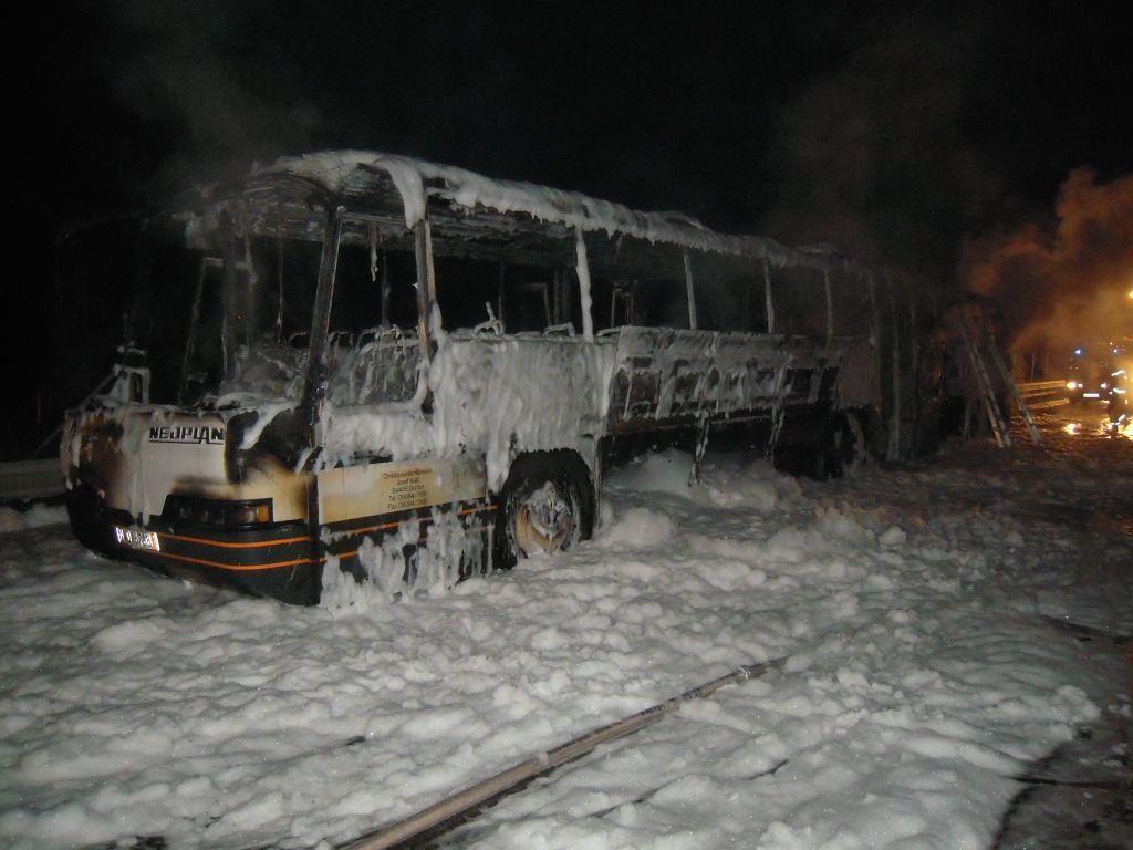 Kein Schnee, sonder Löschschaum: Dieser Bus war in Flammen aufgegangen.