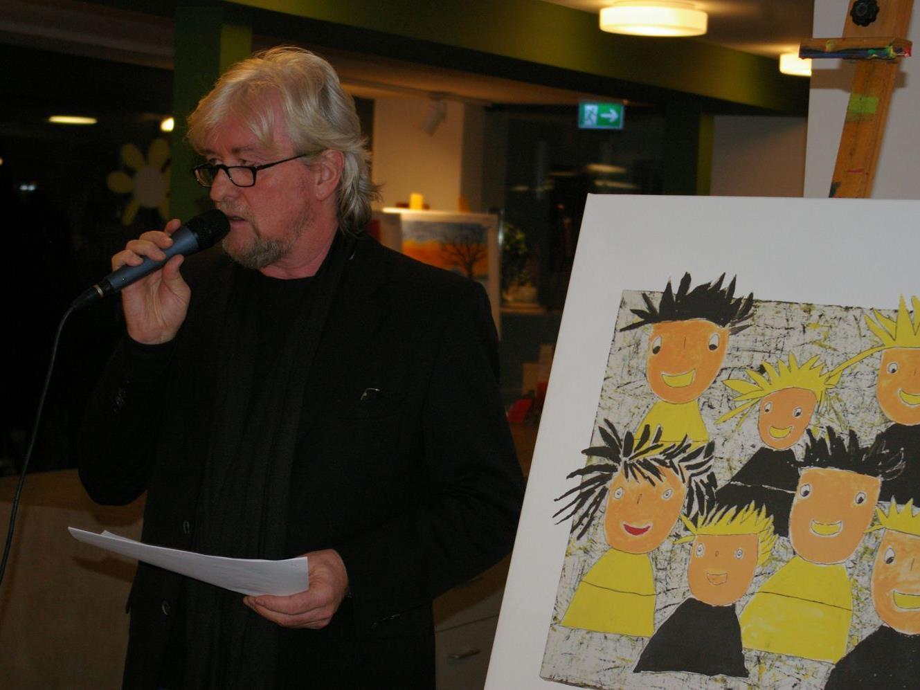 """Rockprofessor"" Reinhold Bilgeri fungierte als souveräner Auktionator."