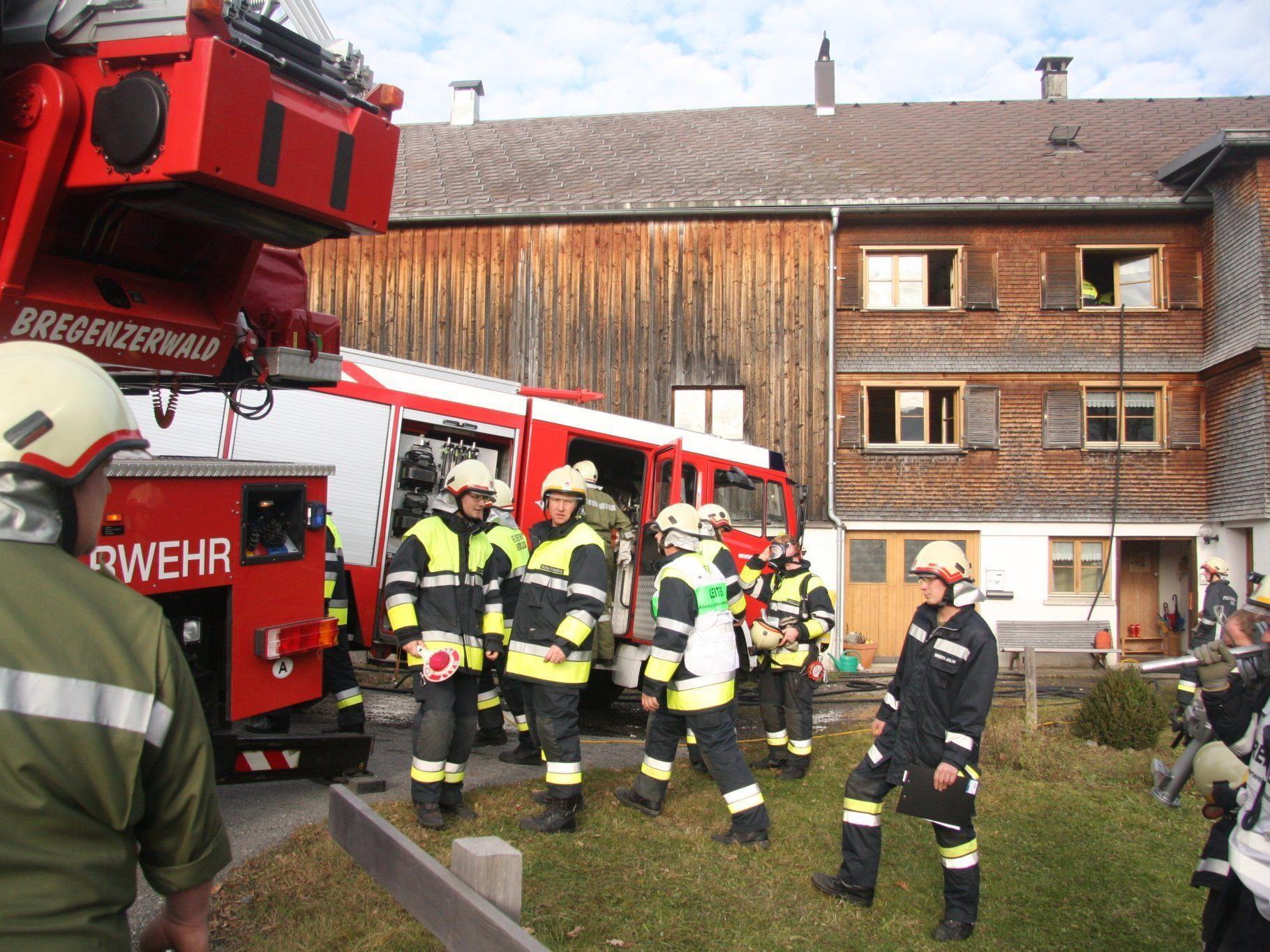 Mehr als 100 Mann brachten die Feuerwehren zum Einsatzort.
