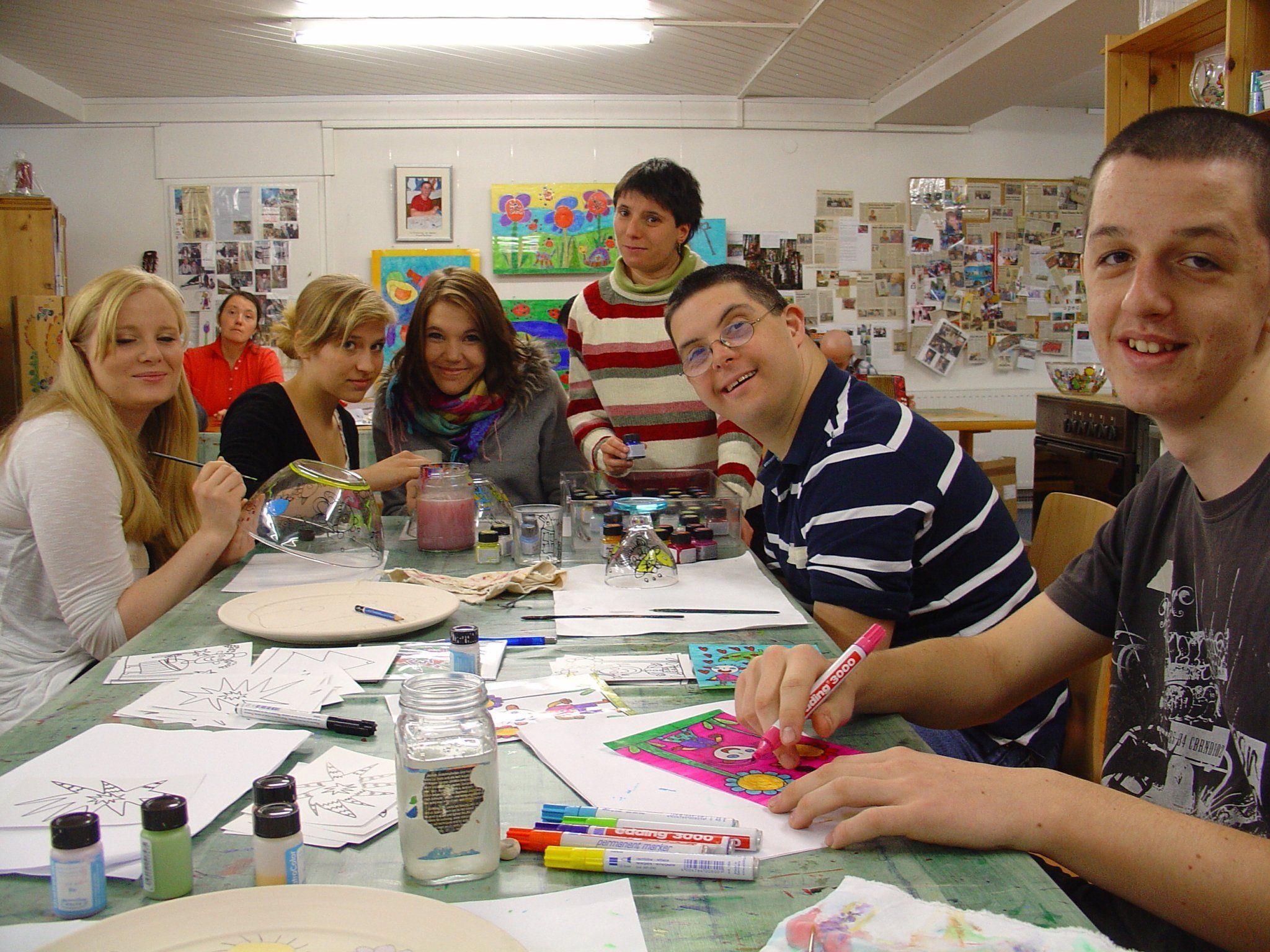 Spar- Lehrlinge und Menschen mit Behinderung gemeinsam am Werk.