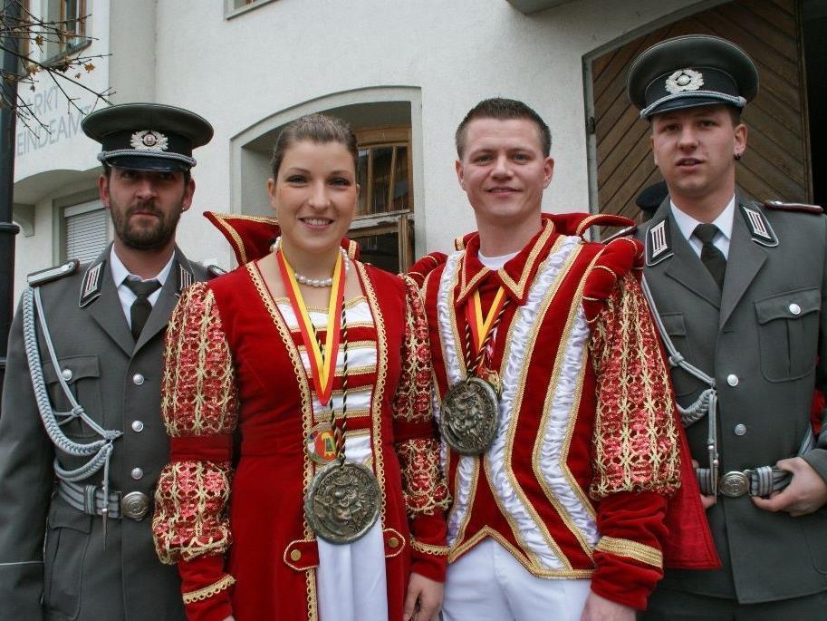Das Prinzenpaar Jakob und Marilyn mit Narrenpolizisten Herbert und Lukas.