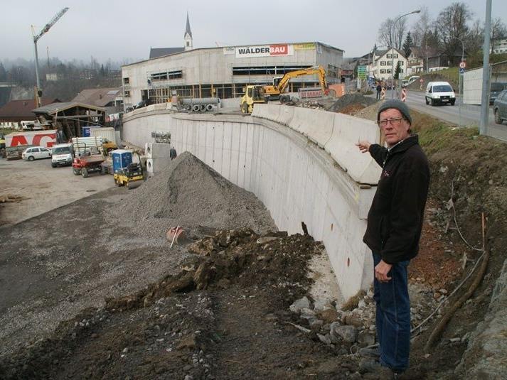 Bauleiter Josef Frick bei der Stützmauer.