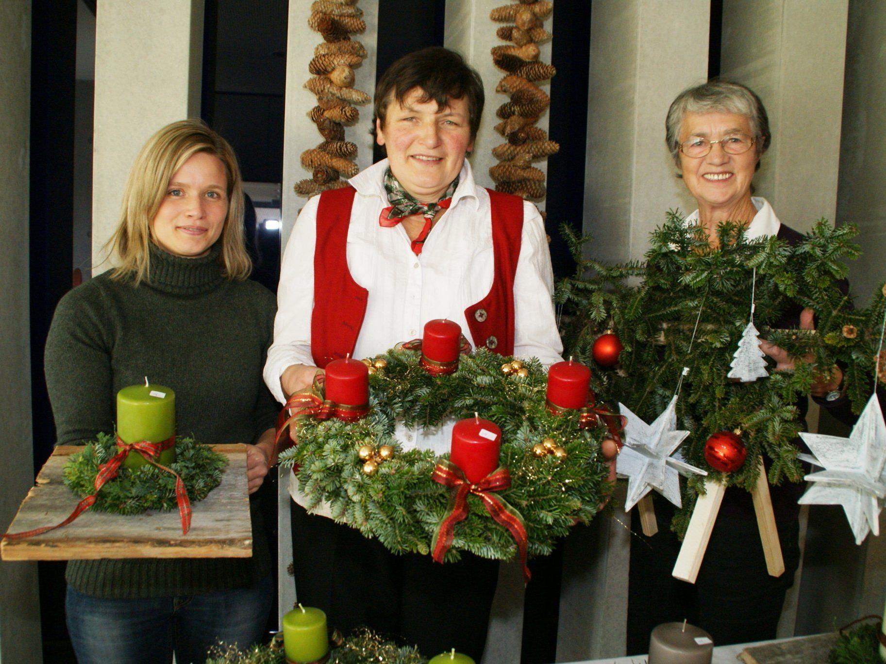 Nathalie Feurstein, Theresia Vögel und Pia Waldner präsentieren adventliche Dekorationen.
