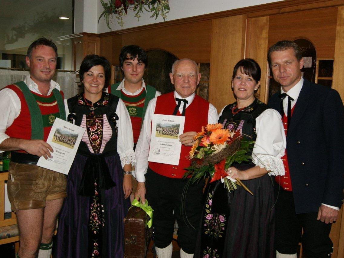 Die Jubilare Annette Mathies-Schnetzer (2. v.r.)  und Anton Schnetzer (3. v.r.) freuten sich sehr.