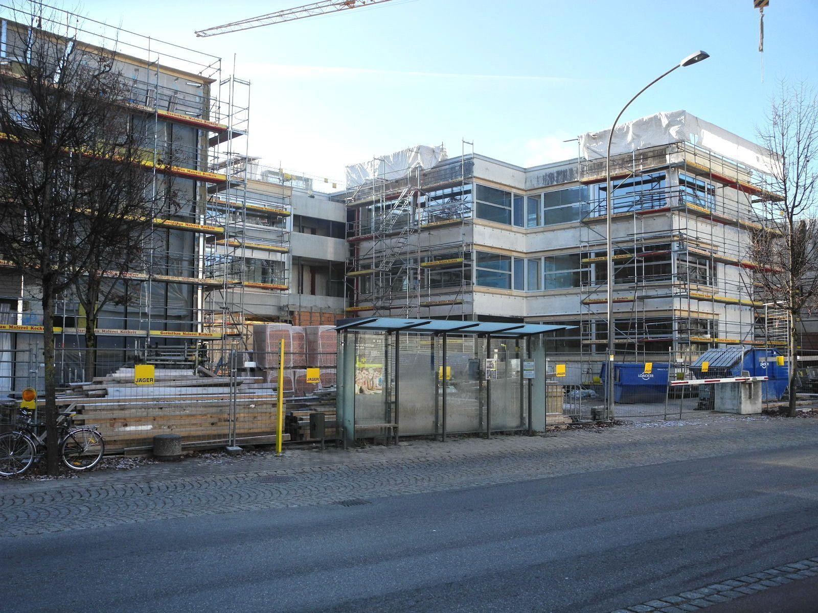 Der Baukörper der Mittelschule umfaßt rechts die Doppelturnhalle und links den Klassentrakt