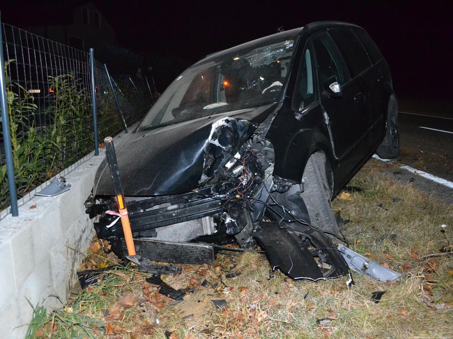 Gecrasht, überschlagen, Baum entwurzelt, im Graben liegen geblieben: Der Fahrer dieses Wagens hatte unglaubliches Glück!
