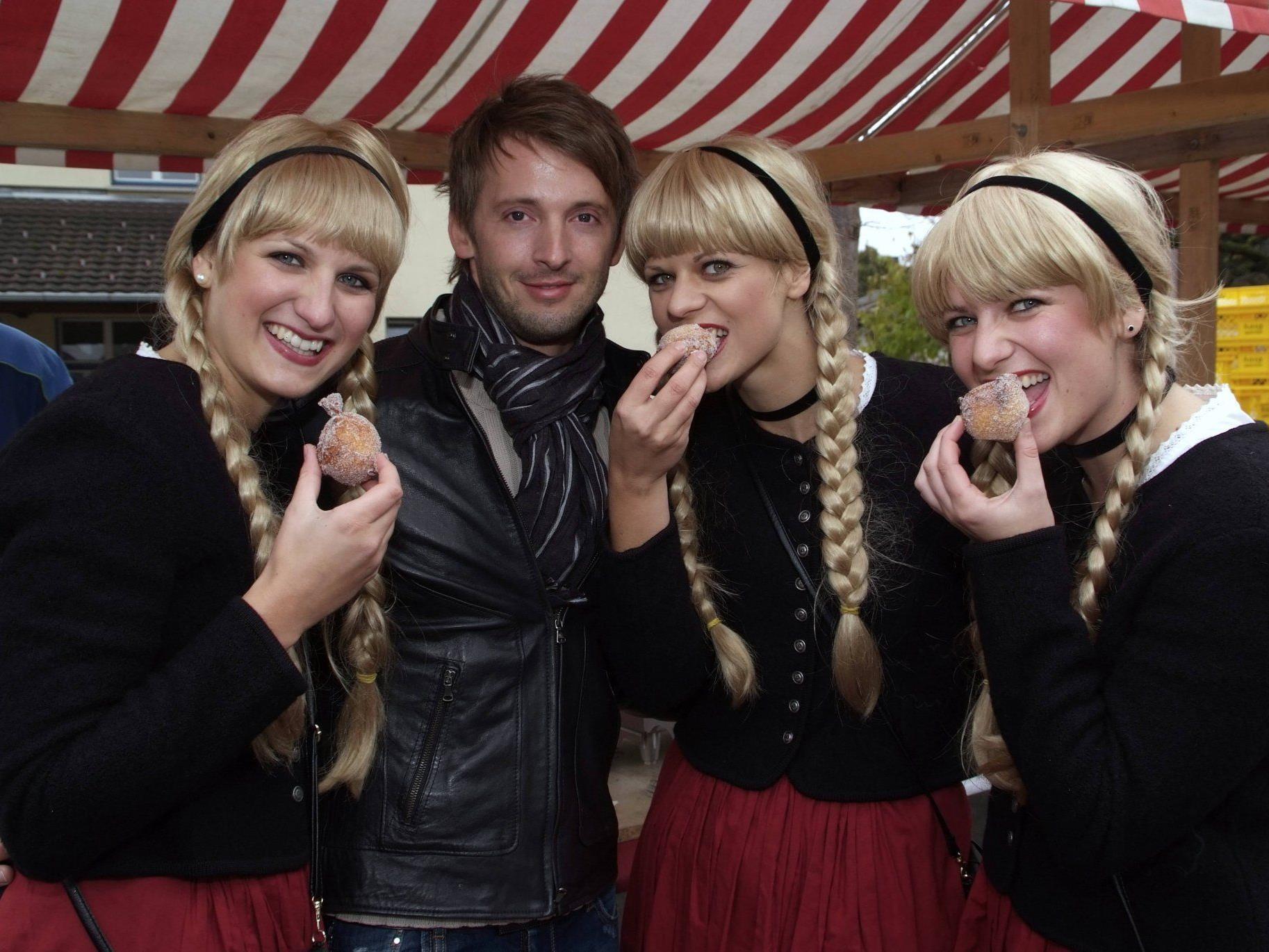 Bäcker Martin Hosp mit den drei Schwestern
