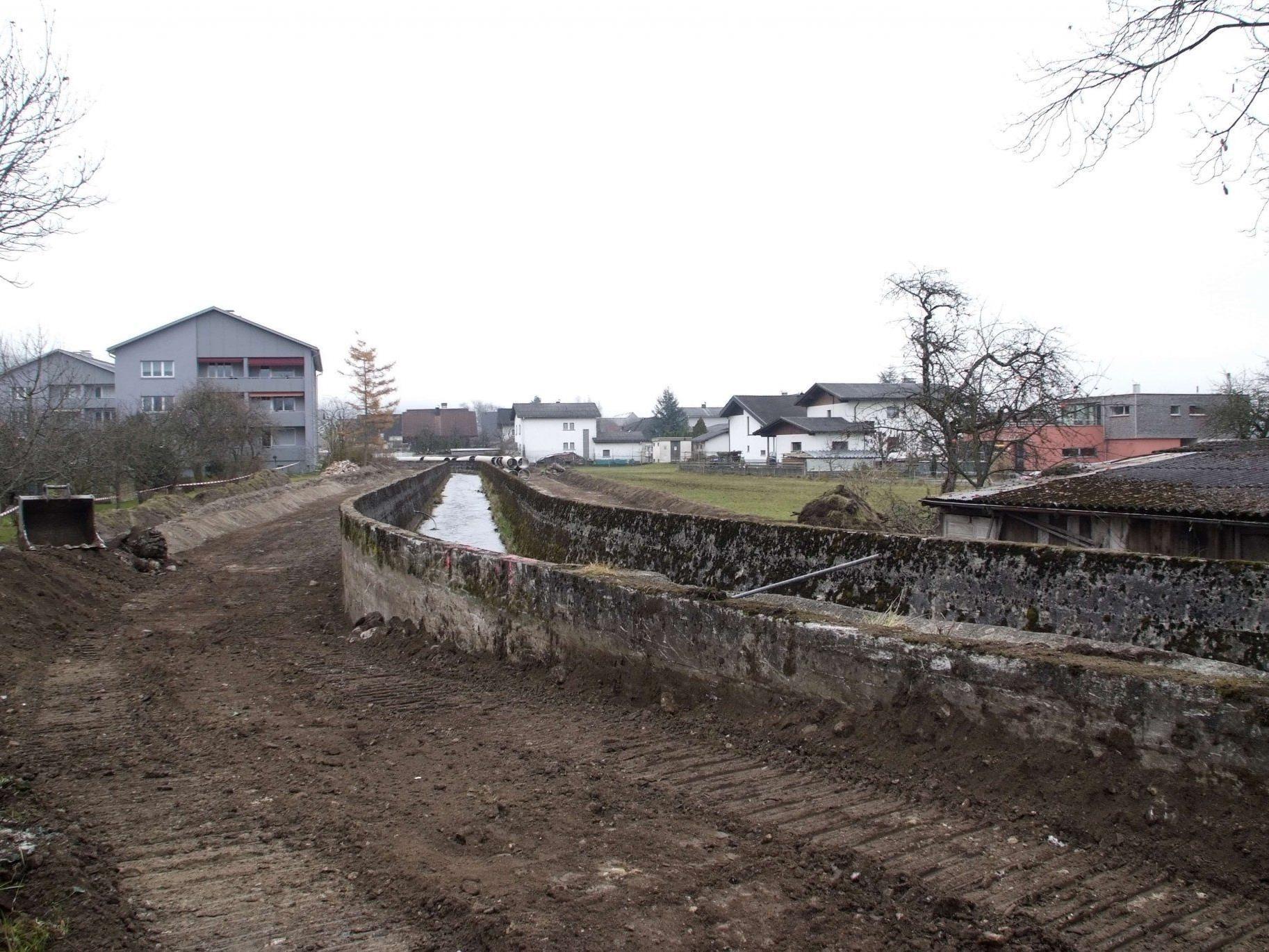 Die Renaturierungsarbeiten am Schwarzbach in Bludesch wurden in Angriff genommen.