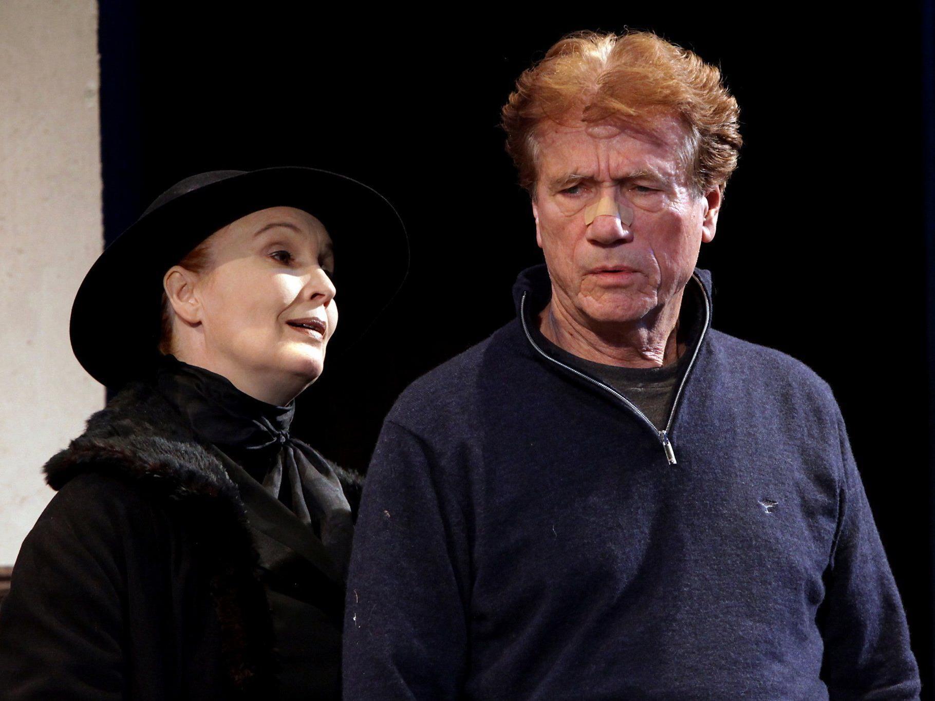 Jürgen Prochnow (Sharky) mit der geheimnisvollen Gestalt Mr. Lockhart (Verena Wengler).