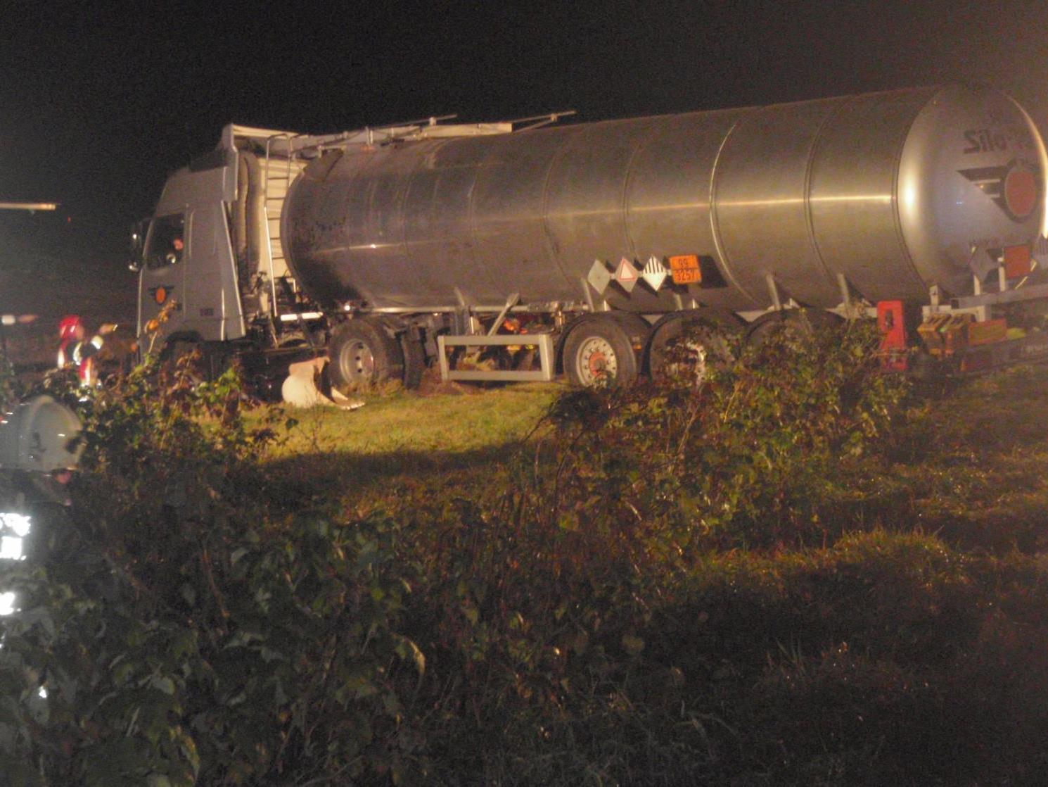 Mit 225 Grad heißem Bitumen war dieser Tanklaster beladen - ein Herausforderung für zwei Feuerwehren!