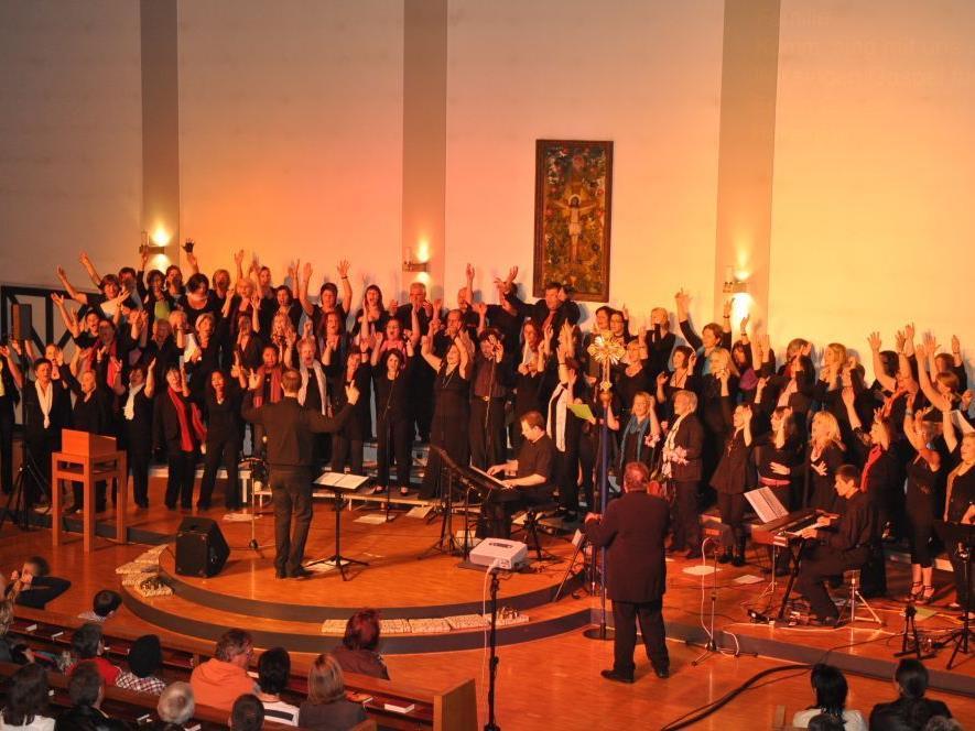 """Singen, klatschen, loben lautet die Devise bei den Konzerten der """"gospel-family""""."""