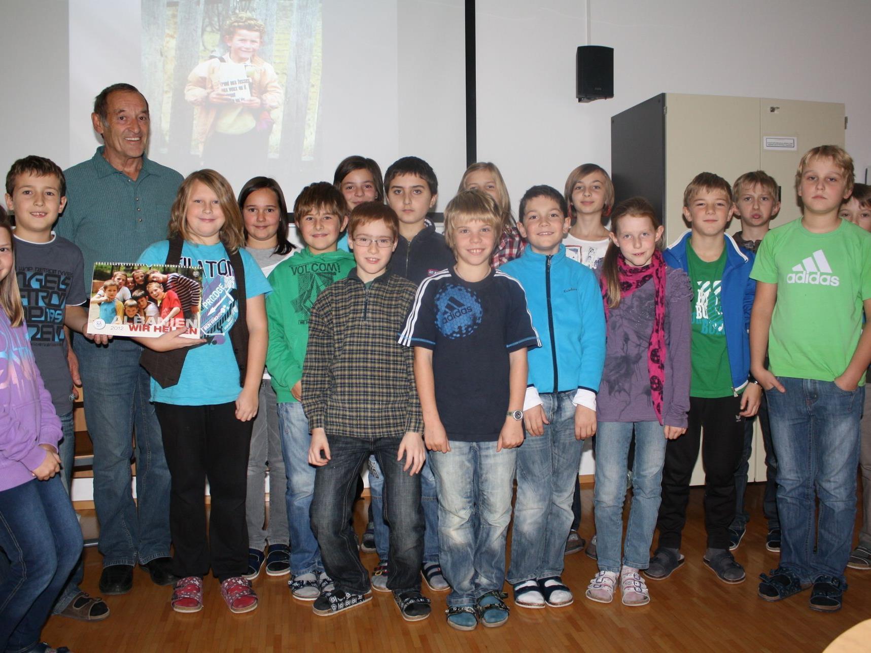 Paul Wohlgenannt mit den Kindern der 1b Klasse.